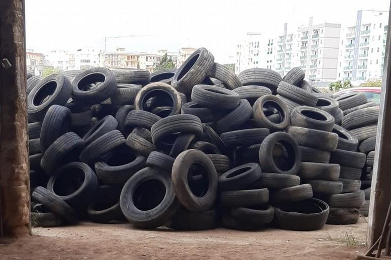 Montagna di pneumatici sequestrati a Bitonto