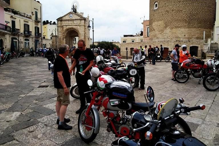 Moto depoca in piazza Cavour