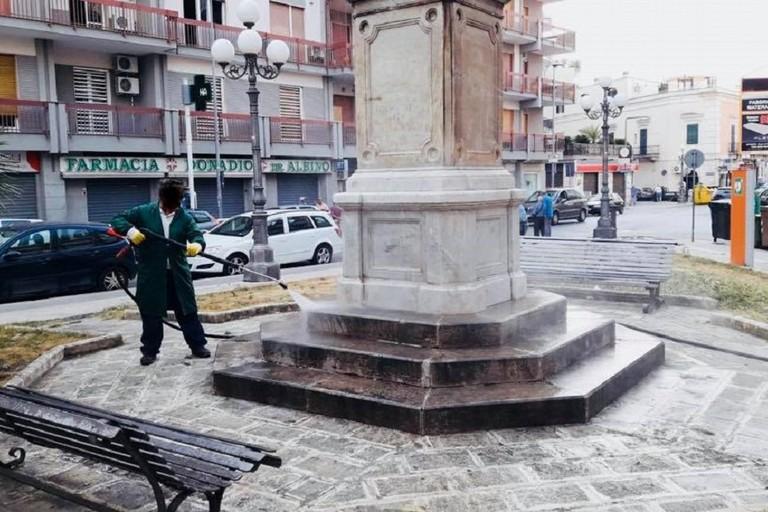 Ripulito da scritte e scarabocchi l'obelisco in piazza Della Noce