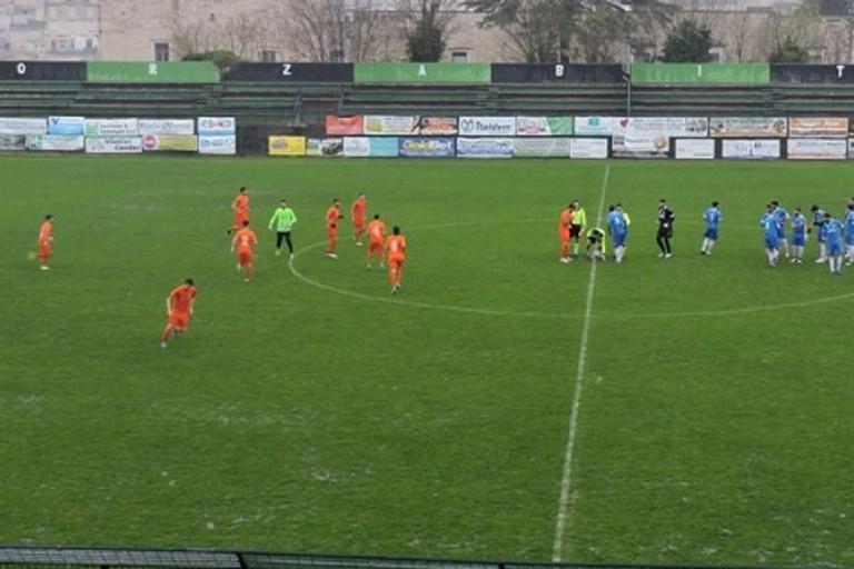 Omnia Bitonto e Unione Calcio Bisceglie sotto la pioggia JPG