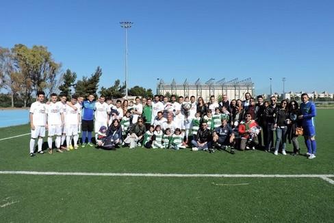 I calciatori dell'Omnia festeggiano con i loro famigliari. <span>Foto ufficio stampa Omnia Bitonto</span>