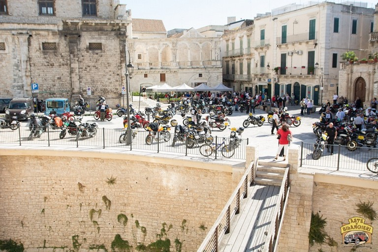 Panoramica gruppo moto storiche a Bitonto