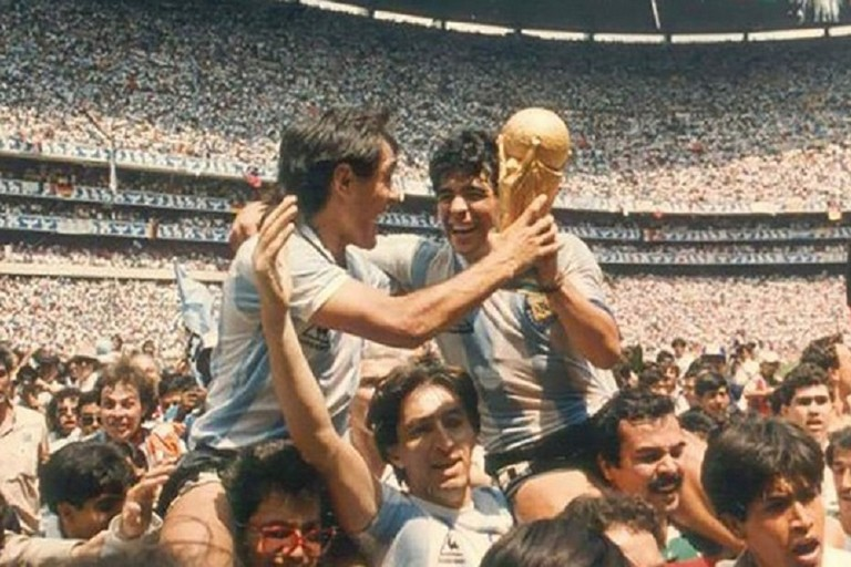 Pasculli e Maradona alzano la Coppa del Mondo