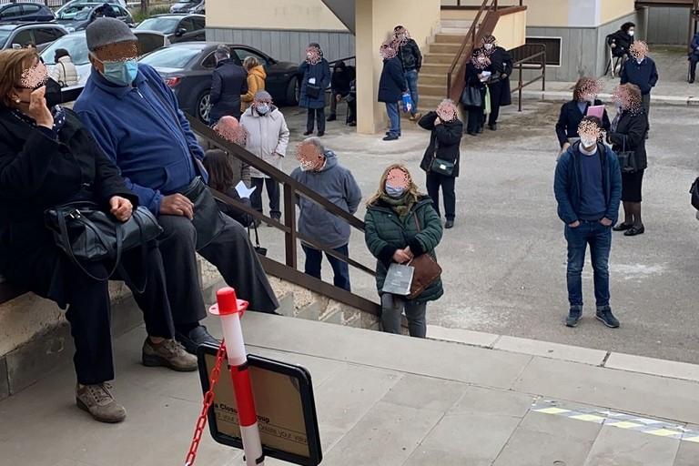 Pazienti in attesa del vaccino ieri a Bitonto jfif