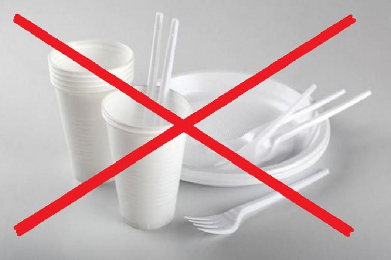 piatti e bicchieri di plastica