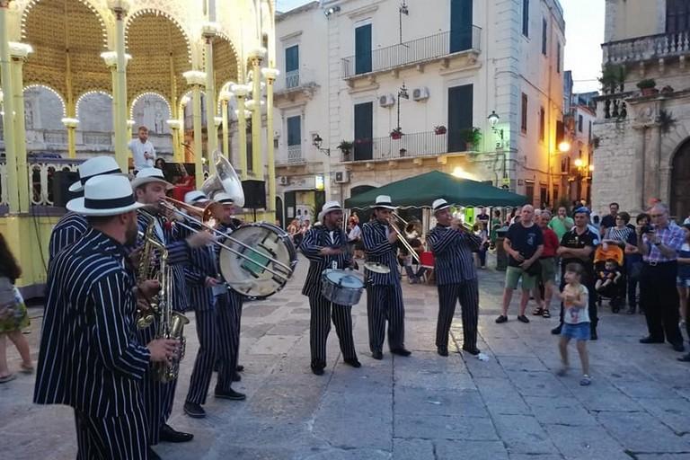 Piazza Cavour animata dalle bande di Flatatum