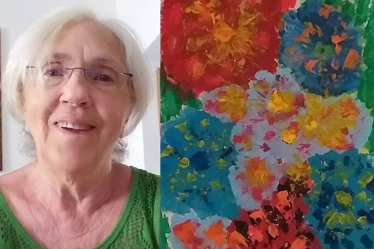 Raffaella Martino accanto al suo dipinto esposto a Firenze