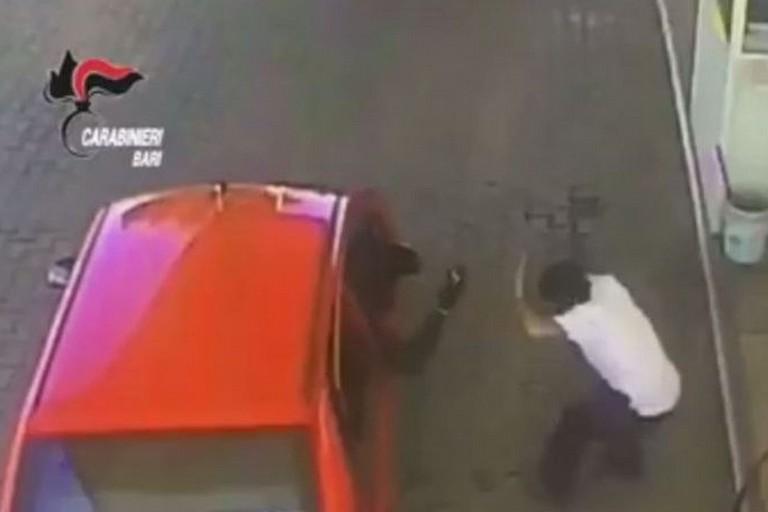 Un assalto ad un distributore di carburante