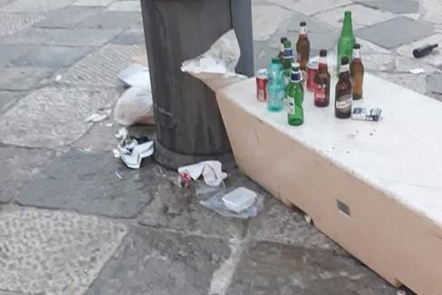 Rifuti abbandonati in piazza Cavour