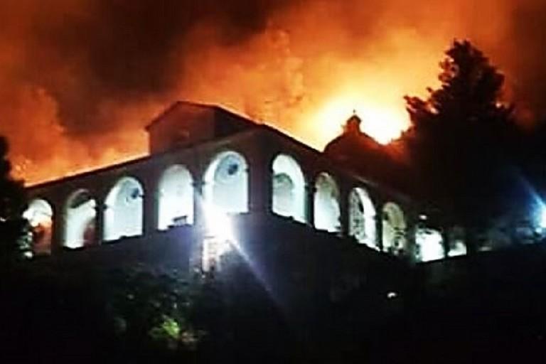 Santuario della Madonna della Catena minacciato dalle fiamme. <span>Foto LaCnews24.it</span>