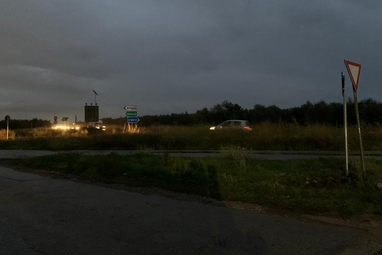 Scarsa illuminazione e erba alta sullo spartitraffico tra via Amm Vacca e la Sp