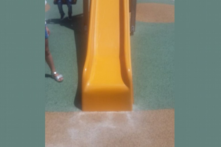 Scivolo del parco imbrattato