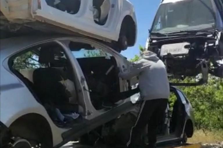 Le carcasse delle auto recuperate dai Carabinieri