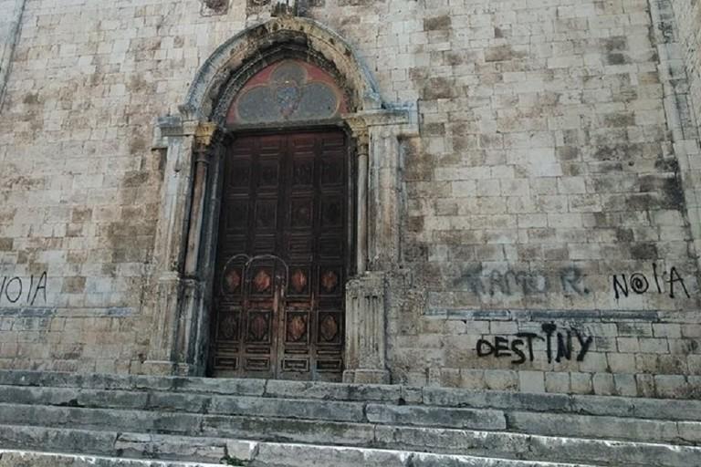 Scritte spray sulla facciata della chiesa di San Francesco d'Assisi