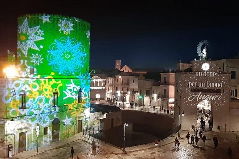 Torrione e Porta Baresana illuminati col videomapping natalizio