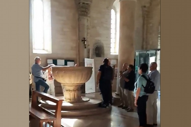 Turisti tedeschi cantano attorno al fonte battesimale della Cattedrale di Bitonto