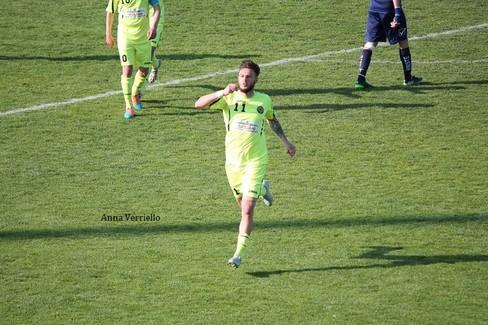 L'esultanza di Turitto dopo un gol al Vieste. <span>Foto Anna Verriello</span>