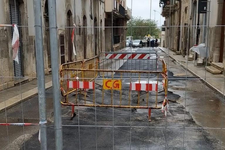 Cede ancora l'asfalto in Via Caprera