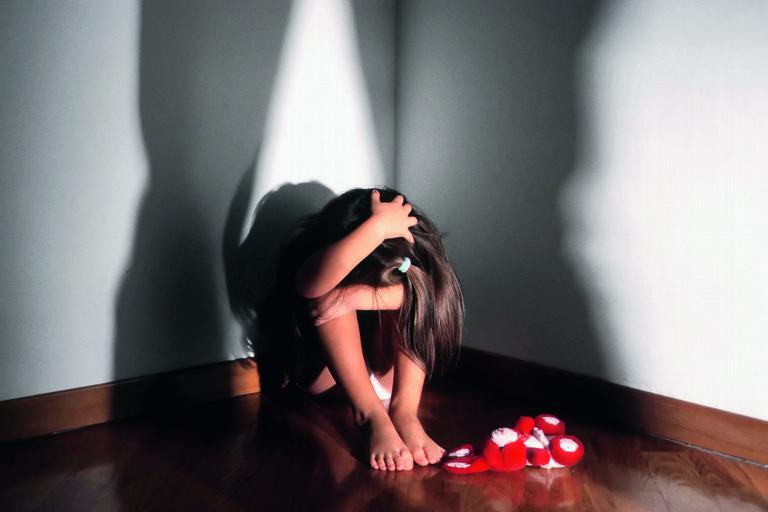 L'orco in casa. Abusi sessuali sui figli di 5 e 9 anni: arrestati padre e madre