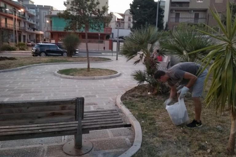 Volontari al lavoro in piazza Fornelli a Bitonto