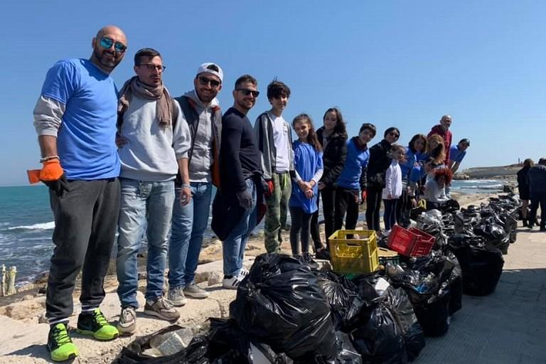 Volontari in azione sulla spiaggia di Santo Spirito