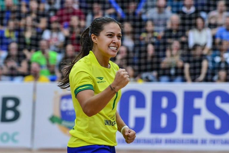 Diana Santos con la maglia della nazionale brasiliana